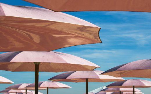 Kreatywne reklamy na plaży - parasole i inne elementy.
